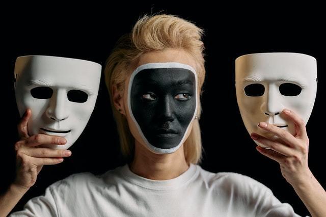 Vrouwelijke narcist met maskers