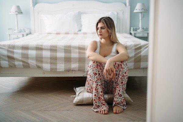 Vrouw bij bed